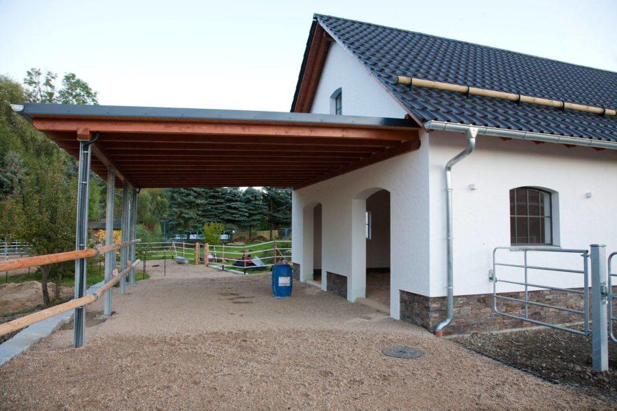 Stall mit Vordach. Rechts sieht man eines der Tore zum Hof (der noch gepflastert werden muss).