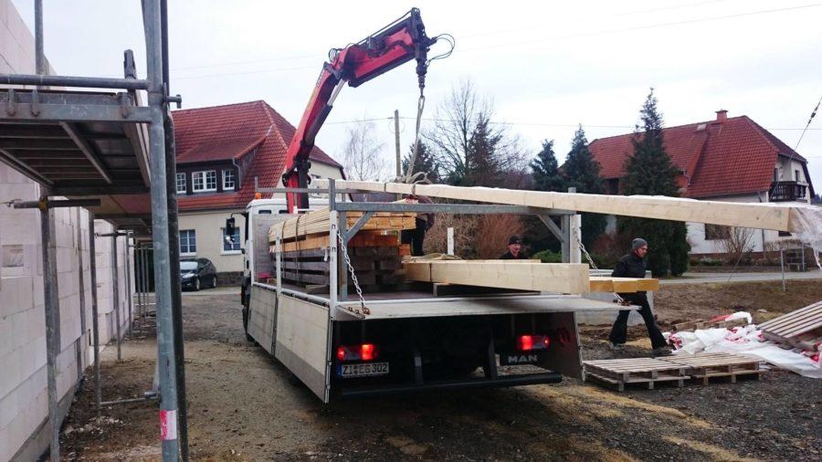Holz für den Dachstuhl wird geliefert