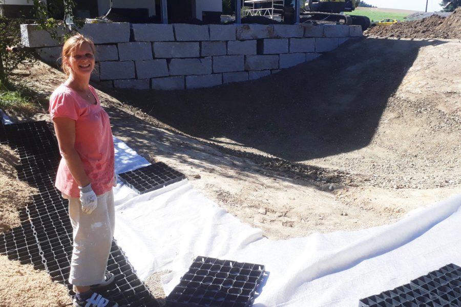 Meine Frau beim Gitter legen. In der Senke steht bald Wasser! Unser Teich entsteht!
