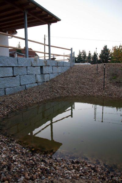 Der Teich mit einem schmalen, steilen Aufgang zur Terrasse - für Bergsteigerpferde! ;-)