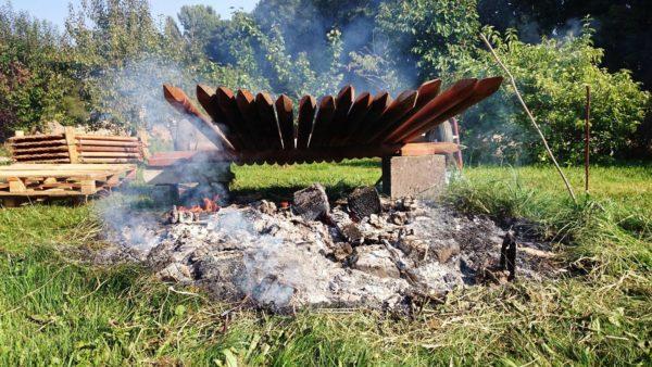 Die Zaunpfähle werden im Übergangsbereich Boden/Luft angekokelt. Das soll fungizid wirken. Wichtig ist, dass die äußere Holzschicht wirkich verkohlt und nicht nur verrußt.